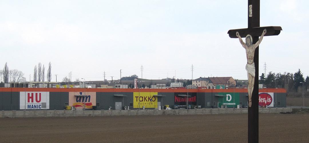 Hypermarkety ukusují z polí